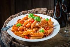 Penne savoureux Bolonais avec le parmesan et le vin rouge Photos stock