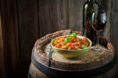 Penne savoureux Bolonais avec le vin rouge et le parmesan Photographie stock