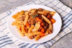 Penne-Teigwaren in der Tomatensauce mit Fleisch Soße von Bolognese mit ital Stockfoto