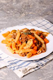 Penne-Teigwaren in der Tomatensauce mit Fleisch Von Bolognese Soße Lizenzfreie Stockbilder
