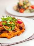 Penne-Teigwaren in der Tomatensauce mit Huhn, Petersilie in der Wanne Chicke lizenzfreies stockfoto