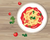 Penne-Teigwaren in einer reichen Tomatensauce auf einem hölzernen Hintergrund Stockfotografie