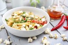 Penne-Teigwaren mit Spargel, geräuchertem Tofu, Paprikapfeffern und Minimaiszwiebeln in der Nusssoße lizenzfreie stockfotos