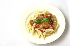Penne Teigwaren mit Tomatensauce Stockbild