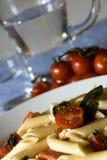 Penne, tomates, mozarela - pastas italianas Foto de archivo libre de regalías
