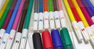 Penne variopinte del feltro ed indicatori permanenti immagine stock