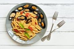 Pennedeegwaren met mosselen op een witte houten rustieke lijst Macaroni met zeevruchten Hoogste mening, exemplaarruimte royalty-vrije stock afbeelding