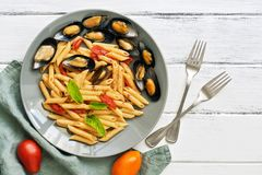 Pennedeegwaren met mosselen op een witte houten rustieke lijst Macaroni met zeevruchten Hoogste mening, exemplaarruimte royalty-vrije stock fotografie