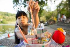 Pennelli asiatici di raccolto della ragazza del bambino Immagine Stock Libera da Diritti