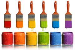 Pennelli che gocciolano nei contenitori della vernice Fotografia Stock Libera da Diritti