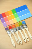 Pennelli con i campioni di colore della pittura Immagine Stock