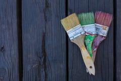 Pennelli dei pittori su una vecchia piattaforma di legno Fotografie Stock Libere da Diritti