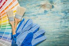 Pennelli della tavolozza di colore dei guanti di sicurezza sul constru del bordo di legno Immagini Stock Libere da Diritti
