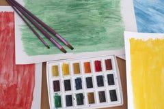 Pennelli della tavolozza e dell'acquerello con gli ambiti di provenienza astratti Fotografia Stock Libera da Diritti
