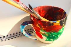 Pennelli di arte in una tazza con spazio vuoto per testo immagini stock libere da diritti