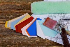 Pennelli, rullo di pittura sul modello architettonico dei disegni di carta Fotografia Stock Libera da Diritti