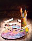 Pennelli su una tavolozza Fotografie Stock