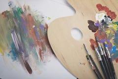 Pennelli, tavolozza e materiale illustrativo Fotografia Stock