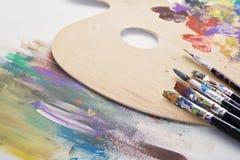 Pennelli, tavolozza e materiale illustrativo Immagini Stock