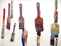 Pennelli variopinti che appendono come oggetti artistici Immagini Stock Libere da Diritti