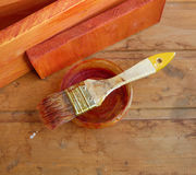Pennello ben utilizzato sulla banca su fondo di legno Immagini Stock Libere da Diritti