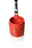 Pennello che gocciola vernice rossa nella latta Fotografia Stock Libera da Diritti