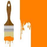 Pennello con il gocciolamento della pittura arancio isolata sopra un wa dipinto Fotografia Stock Libera da Diritti