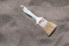 Pennello d'annata sulla sabbia La spazzola dell'artista sulla vista superiore della sabbia della spiaggia con lo spazio della cop fotografia stock libera da diritti