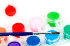 Pennello dell'artista e mini POT di vernice Fotografie Stock Libere da Diritti