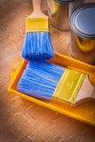 Pennello della composizione sul vassoio e sulle latte della pittura Fotografie Stock