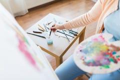 Pennello di lavaggio dell'artista allo studio di arte Fotografia Stock
