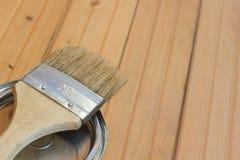 Pennello e pittura sul pavimento Fotografie Stock