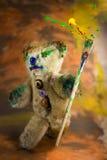 Pennello multicolore a disposizione di un orsacchiotto del mago Fotografia Stock