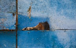Pennello su fondo arrugginito blu fotografia stock