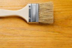 Pennello sul bordo di legno verniciato con il posto per testo Fotografie Stock