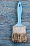 Pennello usato sul bordo di legno blu con il posto per testo Immagine Stock Libera da Diritti