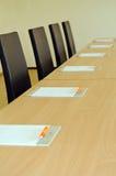 Pennen en notaboeken in conferentieruimte Stock Fotografie
