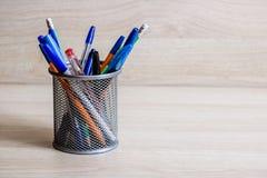 Pennen en potloden in metaaltribune royalty-vrije stock afbeelding