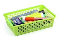 Pennen en potloden in vaas op witte achtergrond wordt geïsoleerd die Royalty-vrije Stock Foto