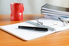 Pennen met een kop van koffie royalty-vrije stock afbeelding