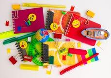 Pennen, potloden, gommen, met smileys en een reeks notitieboekjes Royalty-vrije Stock Afbeeldingen