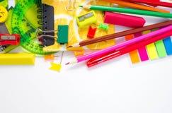 Pennen, potloden, gommen, met smileys en een reeks notitieboekjes Stock Foto's