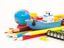 Pennen, potloden, gommen, met smileys en een reeks notitieboekjes Stock Fotografie