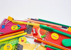 Pennen, potloden, gommen, met smileys en een reeks notitieboekjes Stock Afbeeldingen