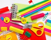 Pennen, potloden, gommen, met smileys en een reeks notitieboekjes Stock Foto