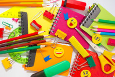 Pennen, potloden, gommen, met smileys en een reeks notitieboekjes Royalty-vrije Stock Foto