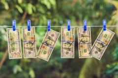 PenningtvättUS dollar som ut hängs för att torka royaltyfri fotografi