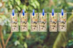 PenningtvättUS dollar som ut hängs för att torka fotografering för bildbyråer
