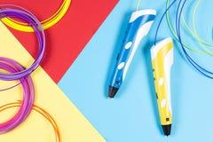 pennor 3d med den plast- glödtråden på färgrik bakgrund Royaltyfria Foton