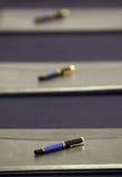 Pennor för undertecknande avtal Arkivfoton